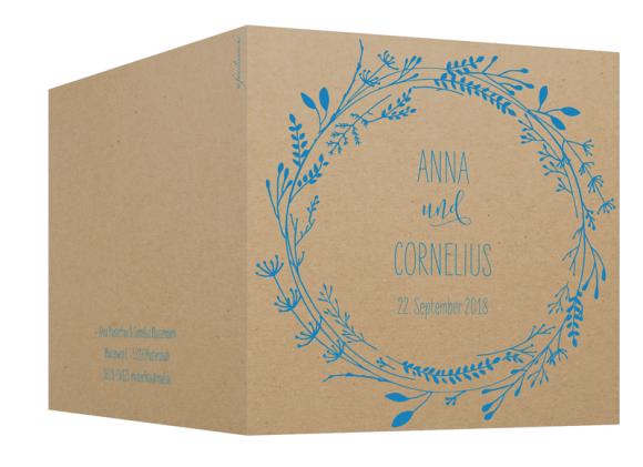 Hochzeitseinladung (quadratische Klappkarte, Kraftpapier), Motiv: Blumenkranz natural, Aussenansicht, Farbvariante: blau