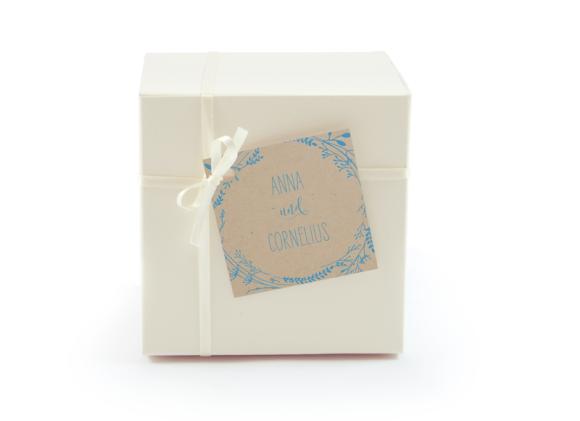 Geschenkanhänger (quadratisch), Motiv: Blumenkranz natural GA, Aussenansicht, Farbvariante: blau