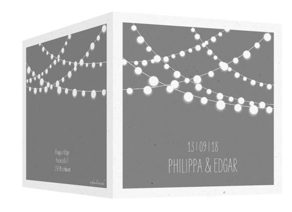 Einladung zur Hochzeit Lichterkette, Klappkarte quadratisch 150x150, Außenansicht in grau